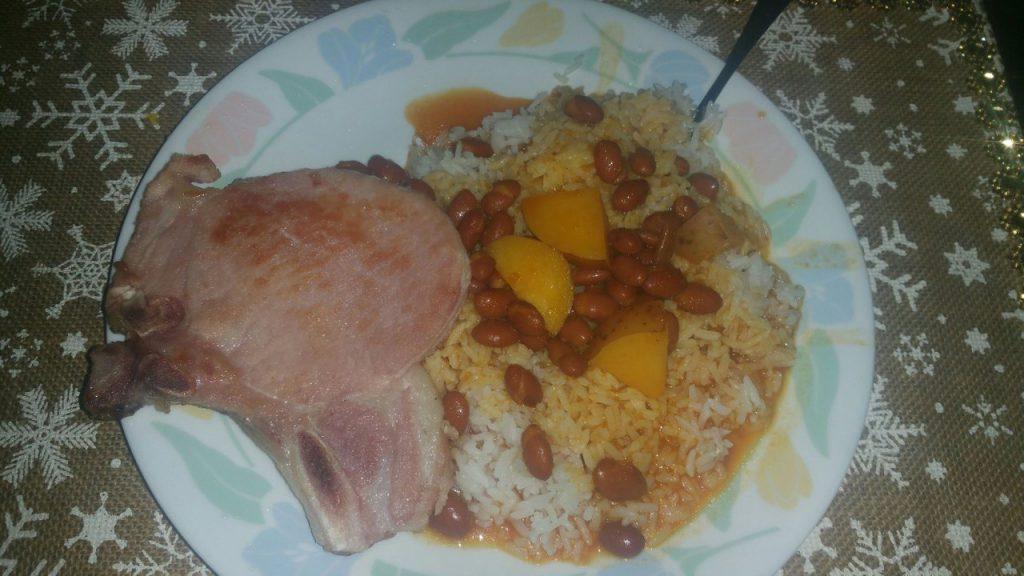 Arroz, habichuelas y chuleta de jamón
